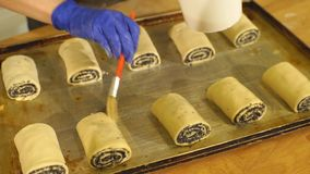 女孩做自创小圆面包,面团卷被切的卷  在视图之上 影视素材