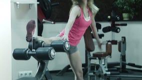 女孩做身体舒展的健身锻炼 股票视频