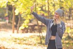 女孩做selfie并且显示两个手指 库存照片