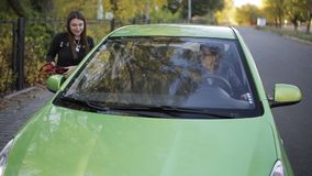 女孩停下来汽车要求司机到有电低谷跨接电线的harging的电池汽车 影视素材