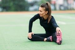 女孩健身在体育场内 免版税库存图片