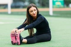 女孩健身在体育场内 免版税库存照片