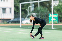 女孩健身在体育场内 图库摄影