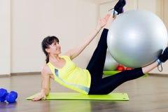 女孩健身锻炼 库存图片