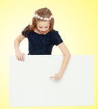 女孩偷看从横幅的后面 免版税库存图片