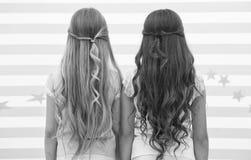 女孩儿童长的卷发背面图 达成协议类型的款待头发适当的方式 在洗涤以后应用调节剂面具和 库存图片