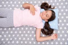 女孩儿童长的头发睡着在枕头顶视图 睡眠的质量取决于许多因素 选择适当的枕头 免版税库存照片