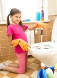 女孩充满憎恶的清洁洗手间画象  图库摄影
