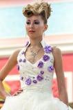 女孩兢争者婚礼发型 免版税库存图片