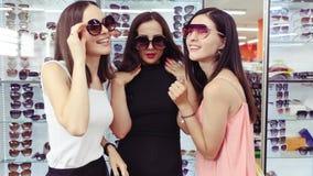 女孩公司可笑地展示太阳镜 停止运动 股票视频