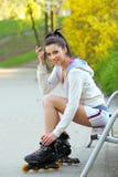 女孩公园乘坐直排轮式溜冰鞋 免版税库存图片