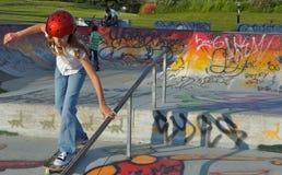 女孩公园冰鞋 图库摄影