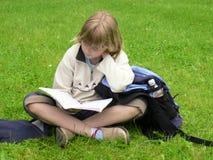 女孩公园学习 免版税库存图片