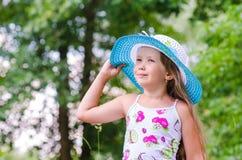 女孩公园微笑结构 免版税库存图片