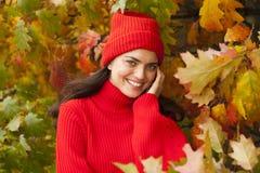 女孩公园微笑 秋天秋天森林路径季节 库存照片