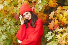 女孩公园微笑 秋天秋天森林路径季节 免版税库存照片