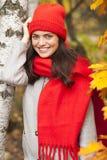 女孩公园微笑 秋天秋天森林路径季节 免版税库存图片