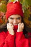 女孩公园微笑 秋天秋天森林路径季节 图库摄影