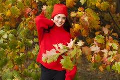 女孩公园微笑 秋天秋天森林路径季节 库存图片