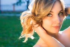 女孩公园微笑 免版税图库摄影