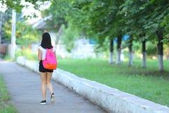 女孩公园是走的步态 免版税库存图片