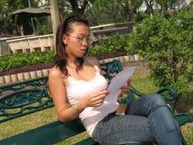 女孩公园读取 免版税图库摄影