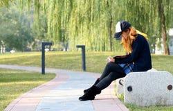 女孩公园读取 免版税库存照片