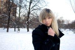 女孩公园走的冬天 免版税库存照片