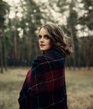 女孩公园走 女孩佩带的格子花呢披肩 森林俏丽的妇女 免版税图库摄影