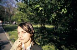 女孩公园 免版税图库摄影