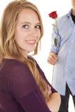 女孩关闭后边微笑男孩与起来了 免版税库存图片