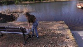女孩其余在水附近的时间 影视素材