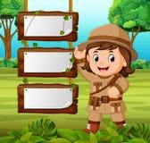 女孩冒险家有空白的木背景 库存例证