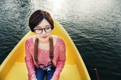 女孩冒险小船旅行旅行的假日摄影概念 免版税库存图片