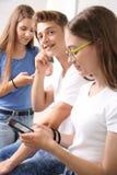 女孩写sms消息 免版税库存图片