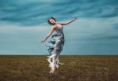 女孩冥想,跳舞在领域 免版税库存图片