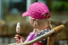 女孩冰淇凌年轻人 免版税图库摄影