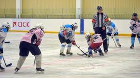 女孩冰球比赛 免版税图库摄影