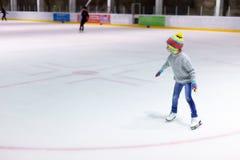 女孩冰滑冰的一点 免版税库存照片