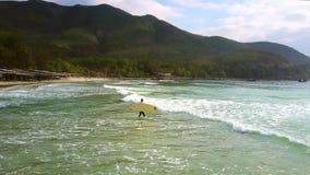 女孩冲浪者运载海浪尝试的委员会说谎 股票视频
