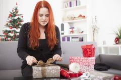 女孩准备圣诞节礼物 免版税图库摄影