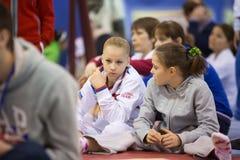 女孩准备在霍尔发电机体育场执行 免版税库存照片