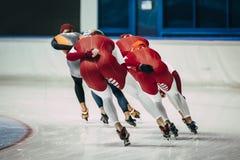 女孩准备的速度溜冰者在竞争前开始  免版税库存照片