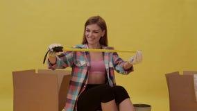 女孩准备移动并且做测量的磁带 股票视频