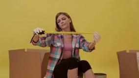 女孩准备移动并且做测量的磁带 股票录像