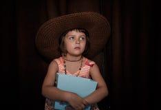 女孩减速火箭的样式画象草帽的 免版税图库摄影