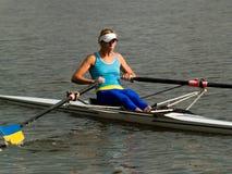 女孩划船 免版税图库摄影