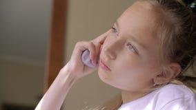 女孩初学者读者大声读并且认为记住信件 影视素材