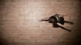 女孩剪影在木地板,芭蕾概念,运动概念,顶面射击上跳舞 股票视频