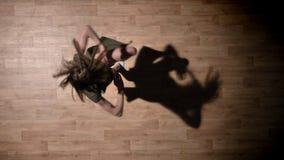女孩剪影是跳舞, spining在木地板上,阴影,芭蕾概念,运动概念,顶面射击 股票视频